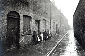 London Slums, c.1900 (b/w photo)