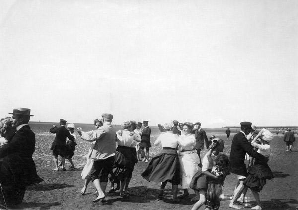 Travel/Sea bathing/ Buesum beach, dance